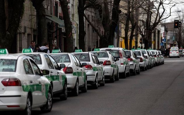 Los taxistas arremeten contra Uber y piden que se prohiba en La Plata
