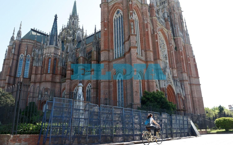 Ante la llegada de Encuentro Nacional de Mujeres, vallaron la Catedral