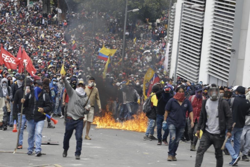 Ecuador: por la fuerza de las protestas, el gobierno abandona su sede en Quito