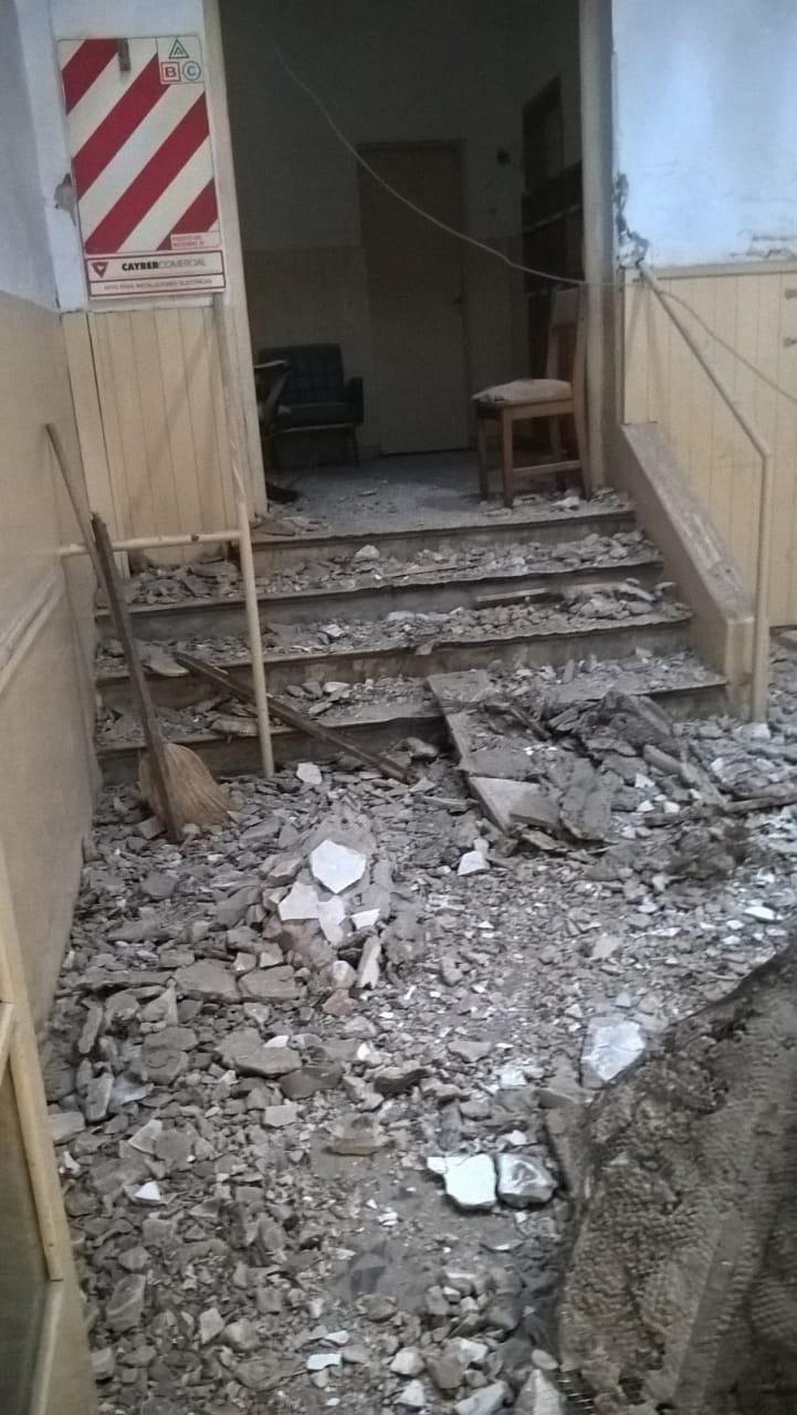 En una dependencia estatal se desplomó parte del techo y dos empleados se salvaron de milagro