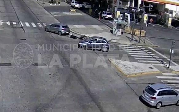 VIDEO.- Chocó su moto contra un auto y debió ser atendida por el SAME