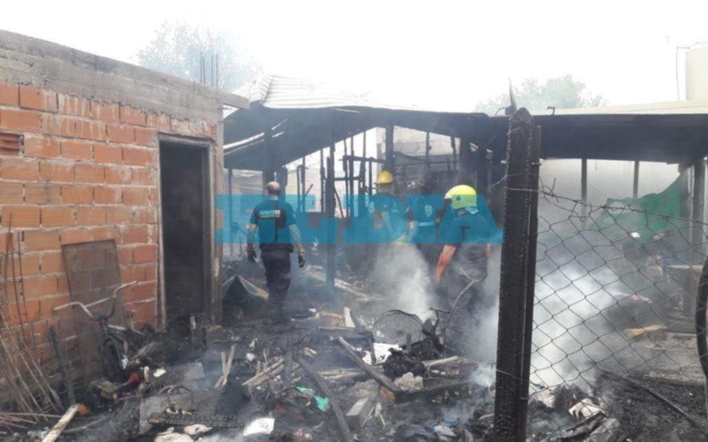 Impresionante incendio afectó a cuatro casas en Arturo Seguí