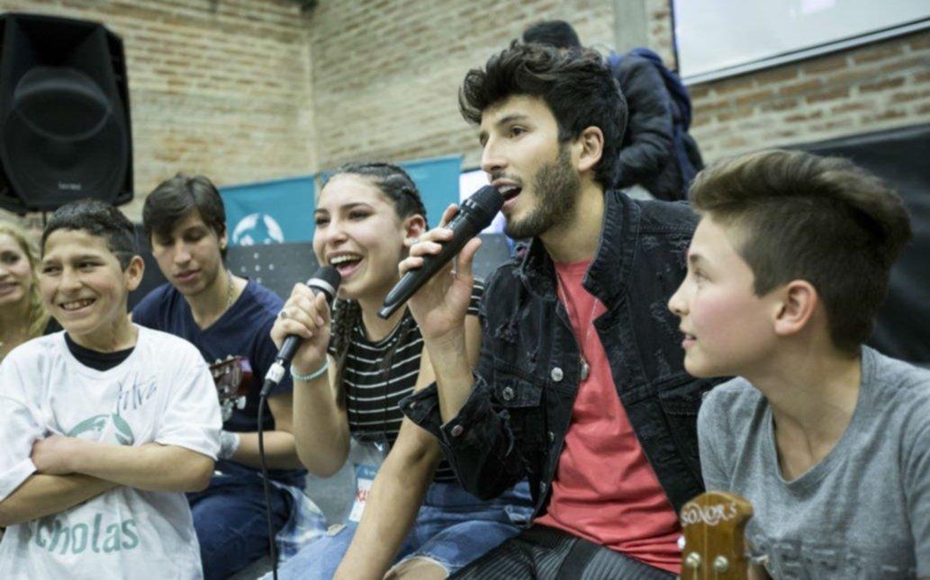 Sebastian Yatra cantó junto a niños y adolescentes en la Villa 31 de Retiro