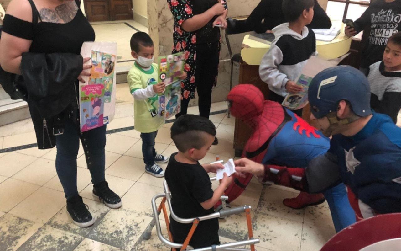 Larry de Clay y personajes infantiles alegraron a los chicos del Hospital de Niños