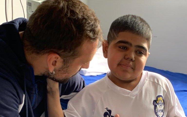 Alemán visitó a dos Triperitos en el Hospital de Niños