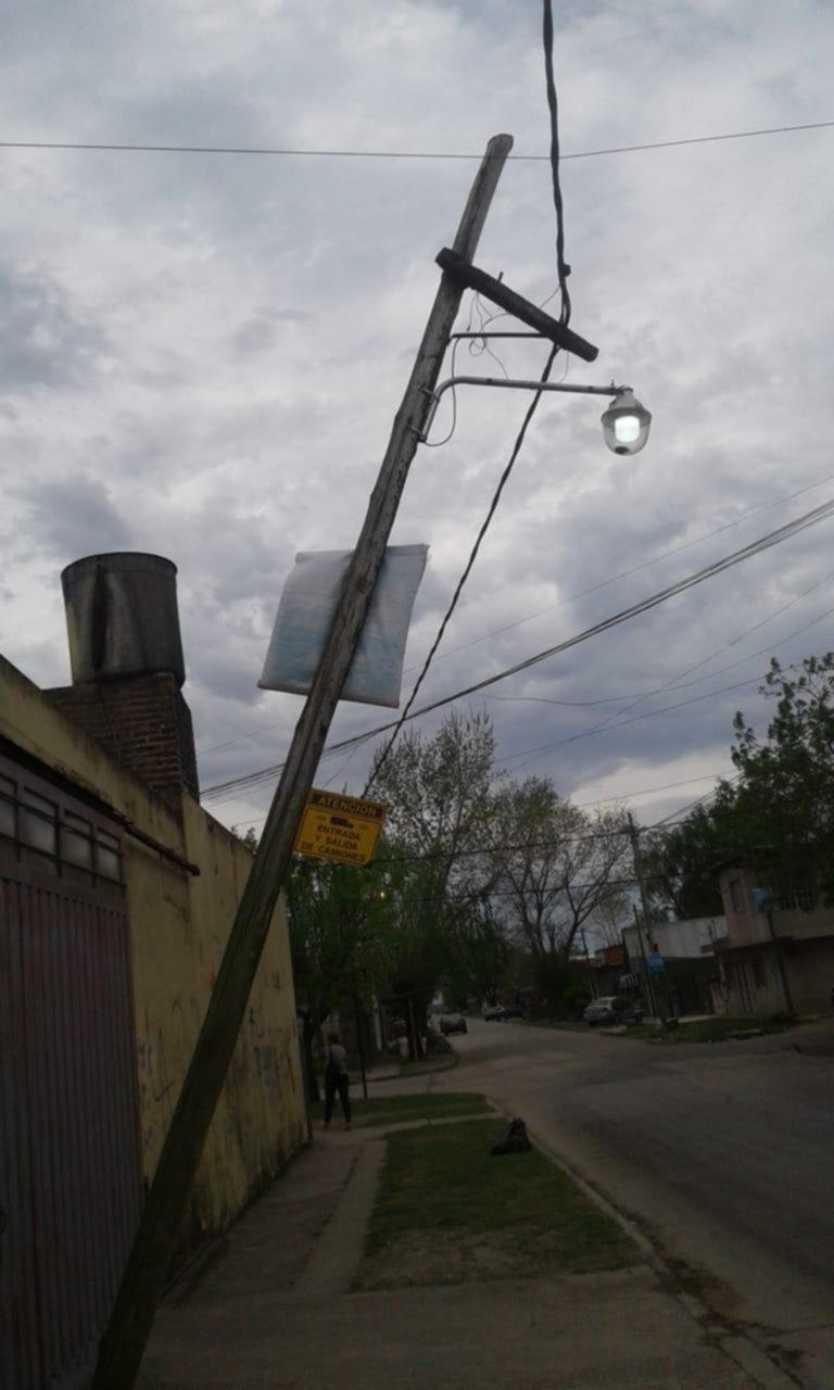 Poste a punto de caer en el barrio El Carmen