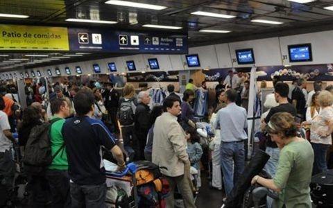 Colapso y demoras en Aeroparque y Ezeiza por los vuelos cancelados por la tormenta