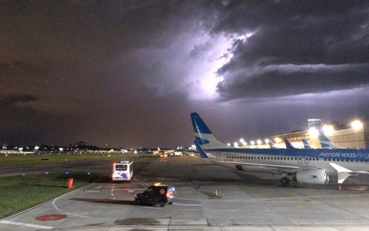 Video y fotos.- Impactante del momento de la caída de un rayo en Aeroparque