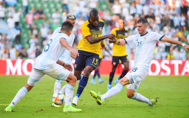"""El DT de Ecuador dijo que los futbolistas jugaron """"con preocupación"""" por lo que pasa en su país"""