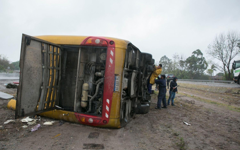 Tucumán: 3 muertos y más de 30 heridos de distinta gravedad al volcar un micro