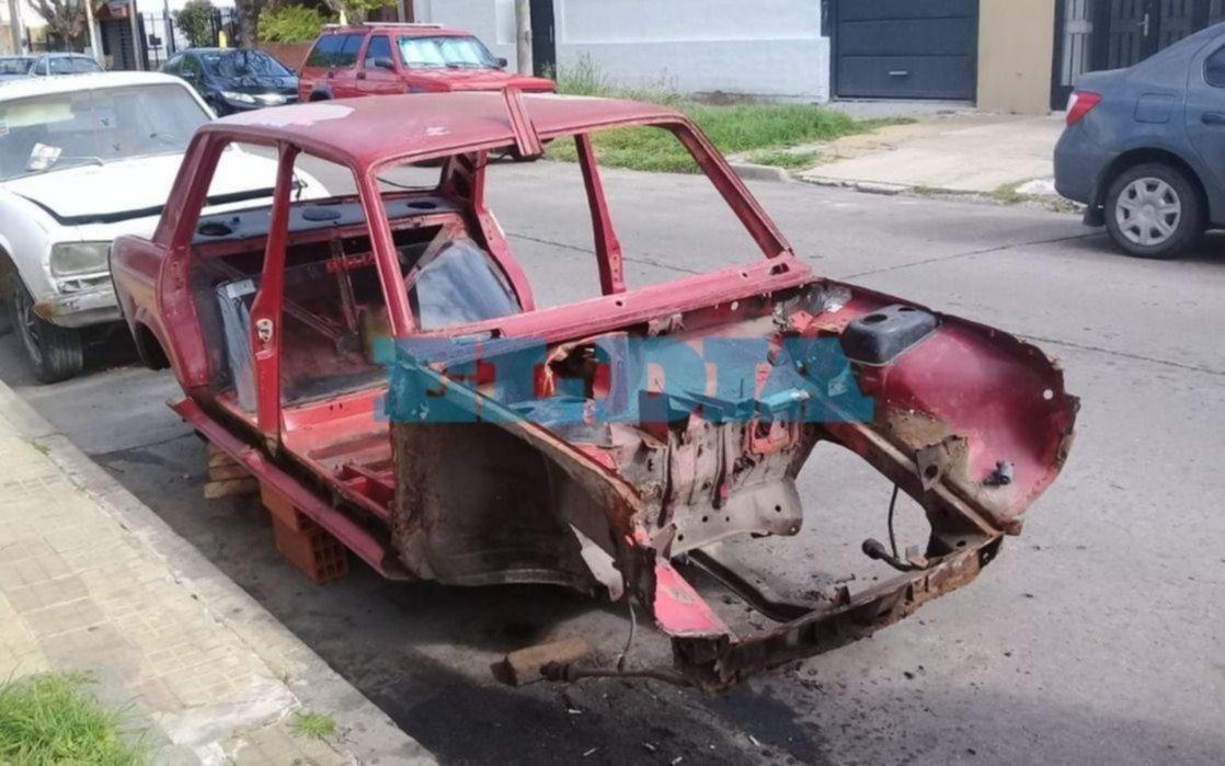 """Tendal de autos abandonados convierte en  """"boca de lobo"""" a la cuadra de 28, 56 y 57"""