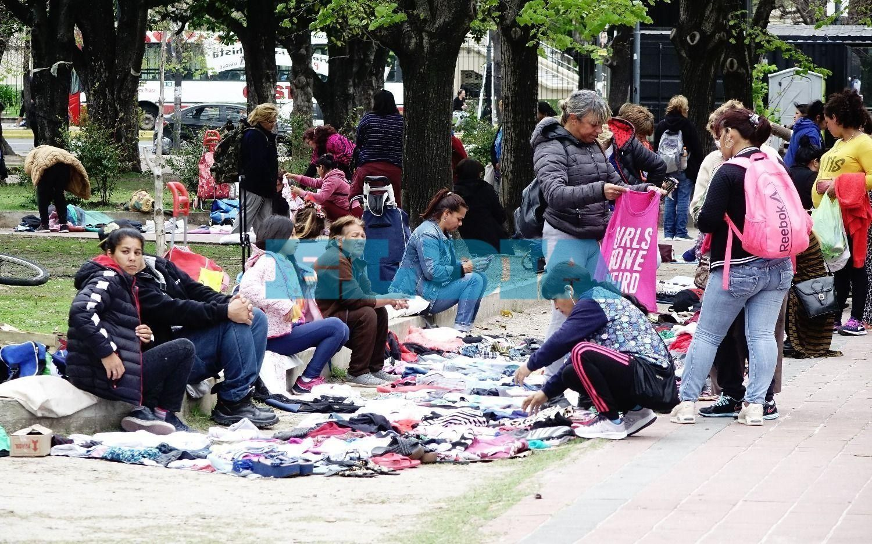 La venta de ropa usada volvió a copar plaza San Martín