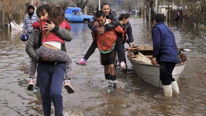 Drama en La Matanza entre el agua, el barro y miles de inundados