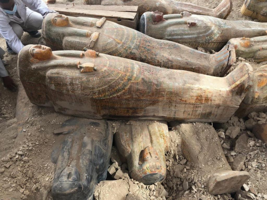 Hallan un escondite con más de 20 sarcófagos en Egipto
