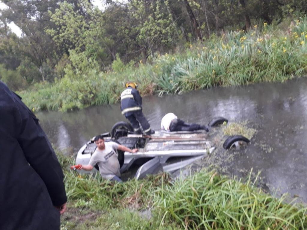 Cayó en un zanjón con el auto y tres policías de Ensenada le salvaron la vida