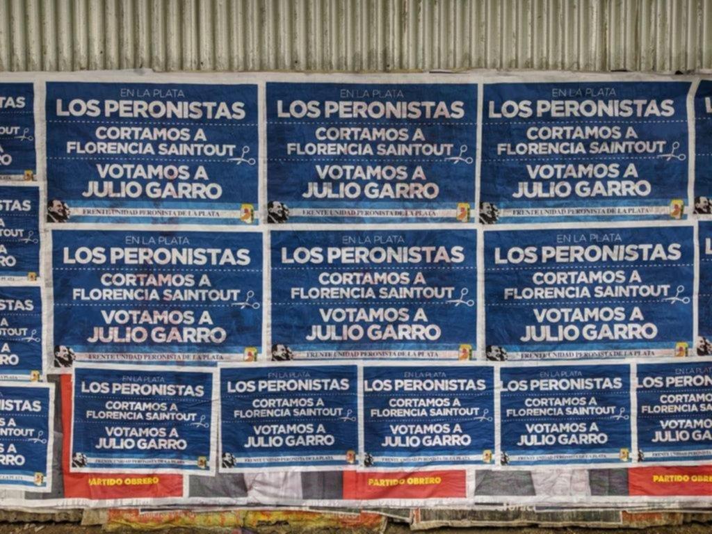 Afiches peronistas que piden cortar boleta en apoyo a Garro calentaron la campaña platense