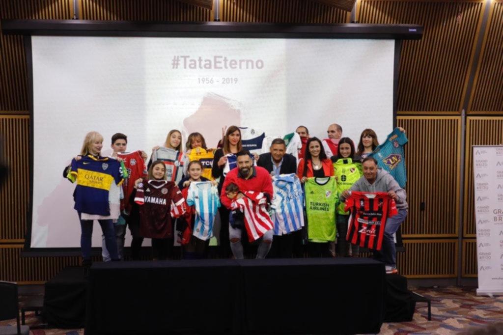 La familia del Tata recibió las camisetas de Superliga