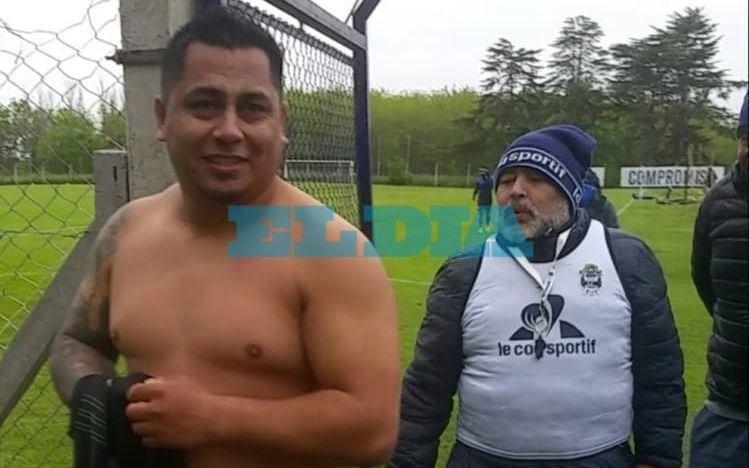 Tiene tatuado a Maradona en todos lados, contó su historia en EL DIA y ahora pudo conocerlo