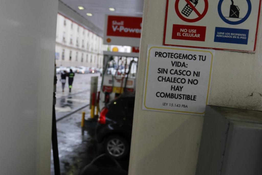 Ya hay estaciones de servicio que exigen chaleco y casco para cargar combustible