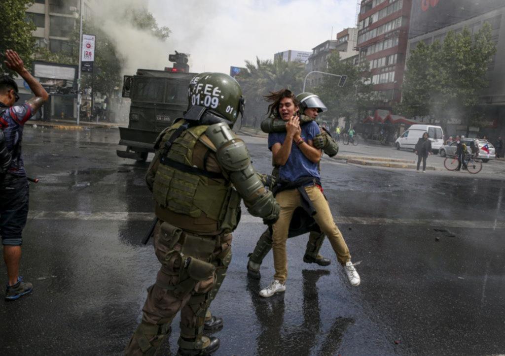 Chile: saqueos, toque de queda y marcha atrás con el tarifazo