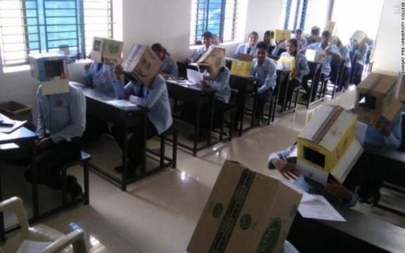 Obligan a alumnos a hacer una prueba con cajas de cartón en la cabeza para que no se copien