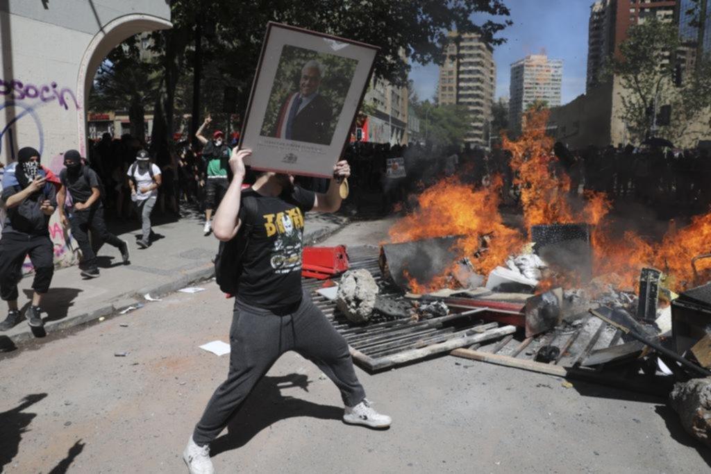 Piñera busca frenar ahora la violencia con un paquete de beneficios sociales
