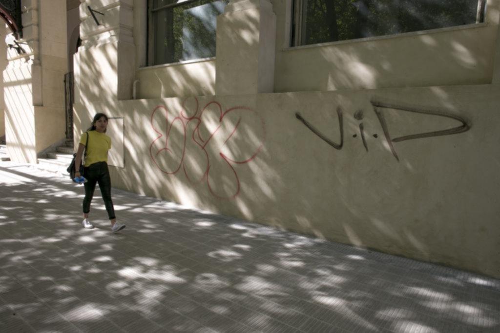 No duró ni un día: ya pintaron grafitis en la renovada fachada del Pasaje Dardo Rocha