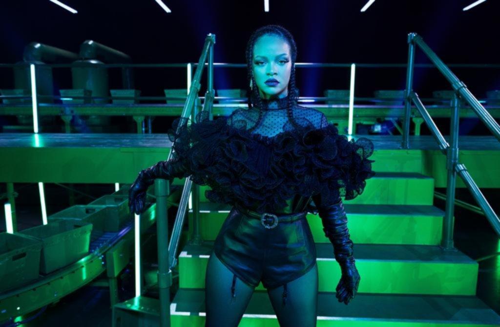 Rihanna organiza desfile en lencería para alegrar a la gente