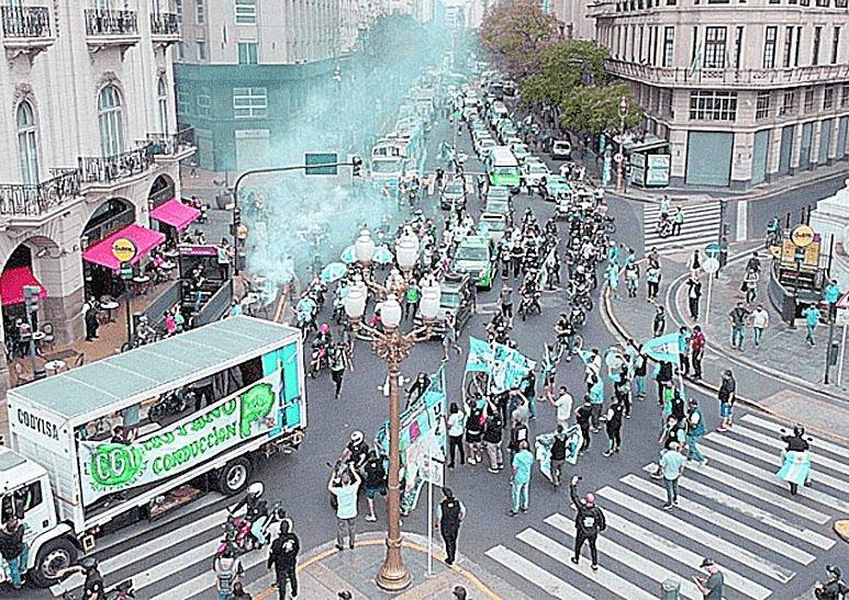 Multitudinaria movilización en las calles porteñas para conmemorar el 17 de octubre