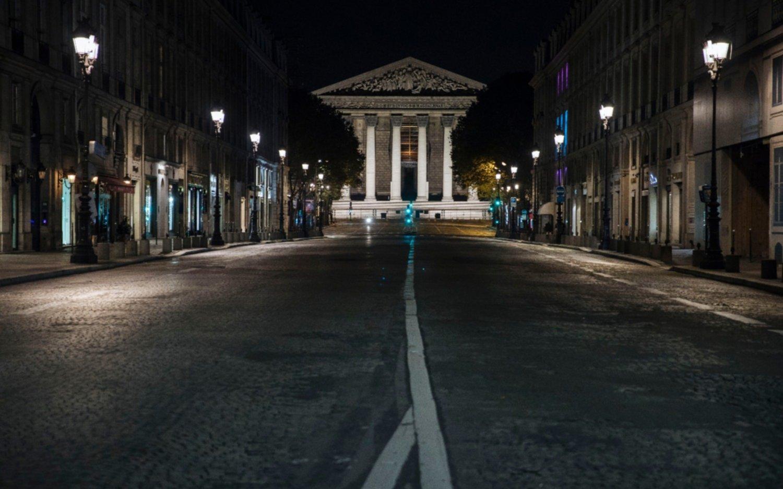 Calles desiertas en París en la primera  noche de toque de queda por el coronavirus