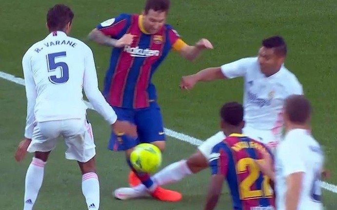 La polémica del clásico español ¿fue penal de Casemiro a Messi?