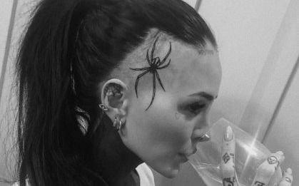 ¡Qué impresión! Cande Tinelli se tatuó una enorme araña en la cabeza