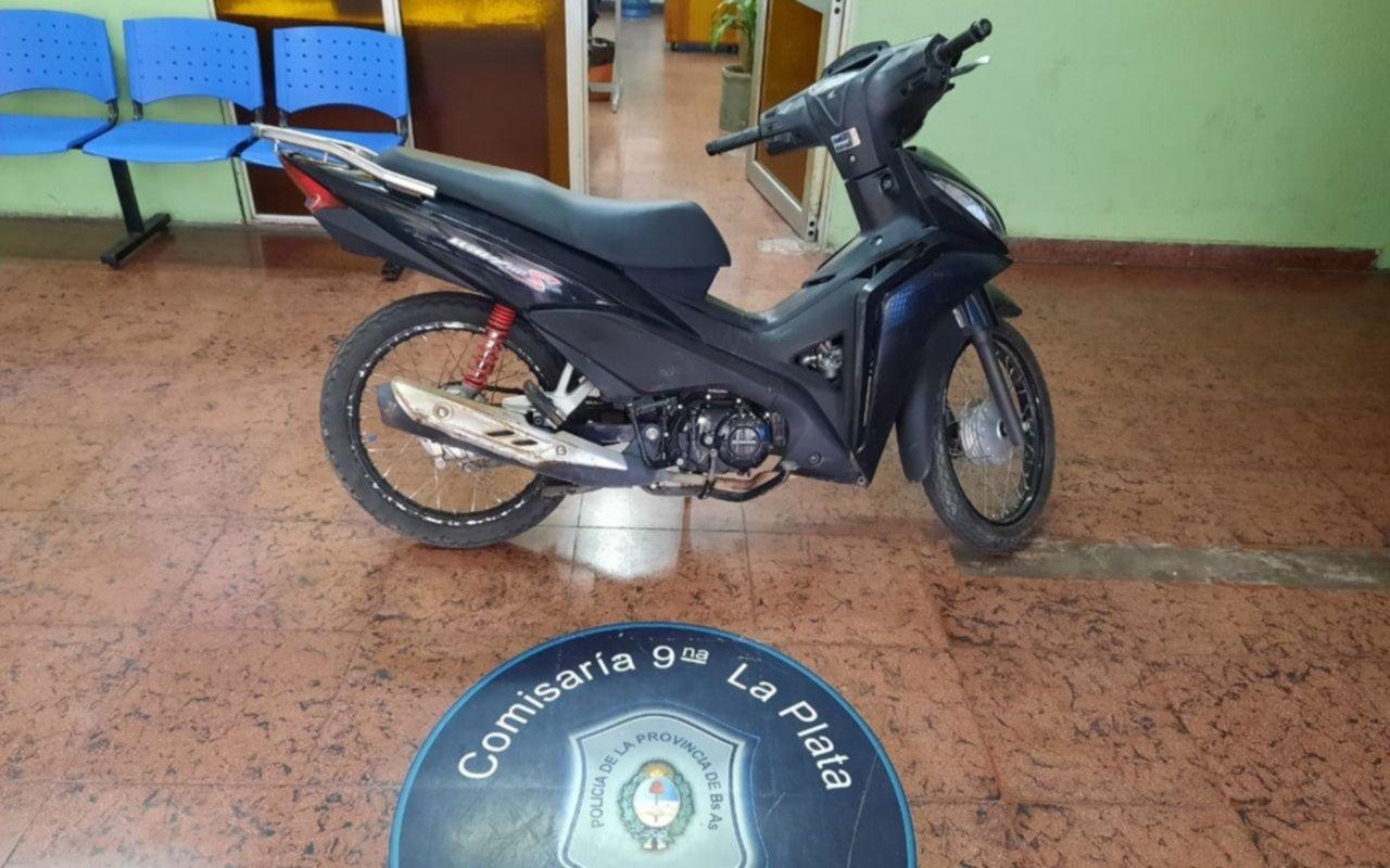 Persecución en Villa Elvira con un adolescente que iba en una moto robada