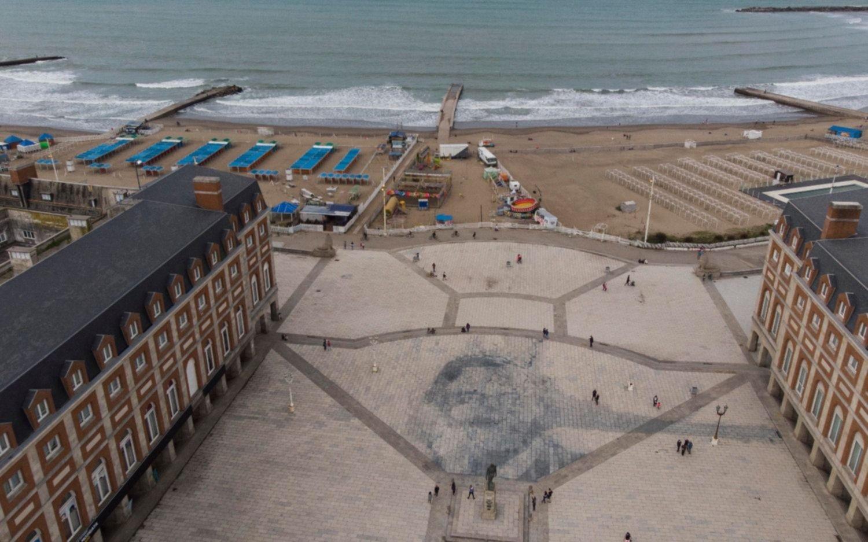 Revuelo en Mar del Plata por un retrato gigante de Néstor Kirchner en la rambla