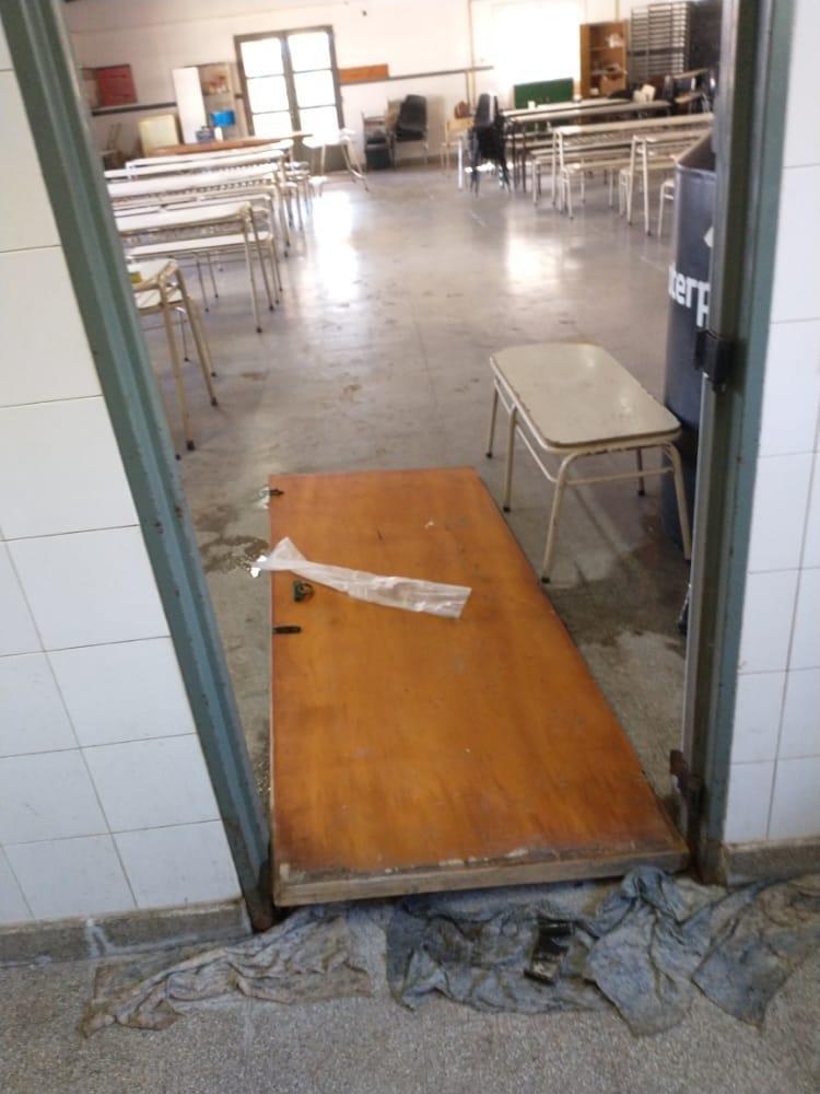 En Los Hornos, solo quedan los restos de una escuela: lleva 15 robos en un año