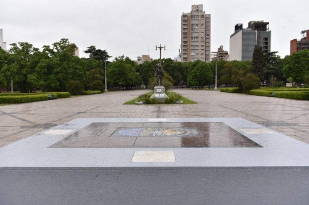 Restauraron la piedra fundacional en la plaza Moreno