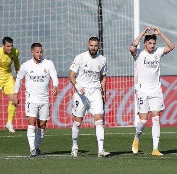 Real Madrid le ganó a Huesca por 4-1 y trepó a la punta de la Liga española