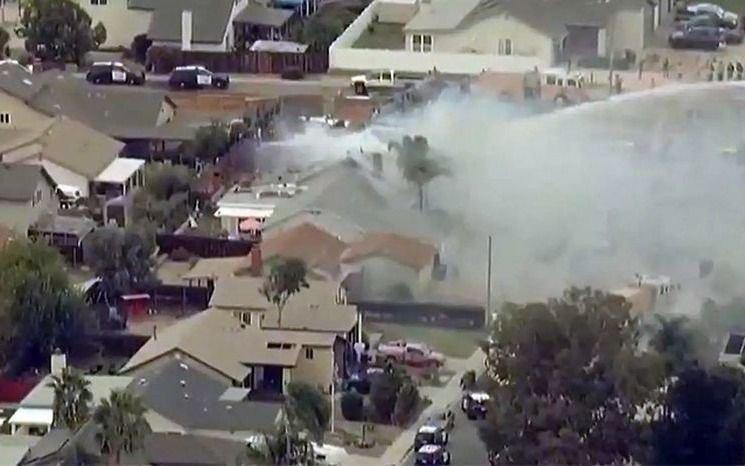 Se estrelló una avioneta en un barrio de San Diego, Estados Unidos: dos muertos y varios heridos