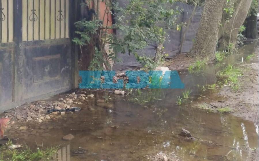Se inundó su casa y para ingresar usa botas de agua: el drama de un vecino de Villa Castells