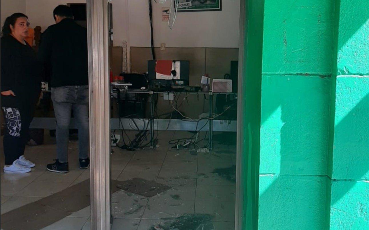 Remisero se masturbó delante de una pasajera en Ensenada: destrozos en la agencia