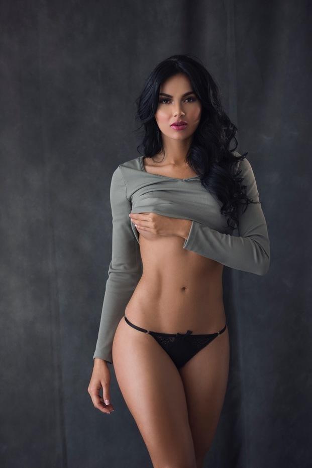 Chica se desnuda y se masturba - 2 part 1