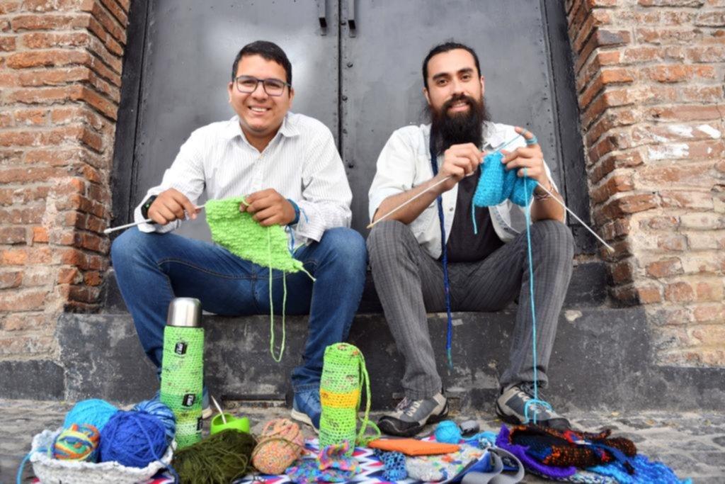 """Los hombres que tejen """"crochet"""" para luchar contra los estereotipos de género"""