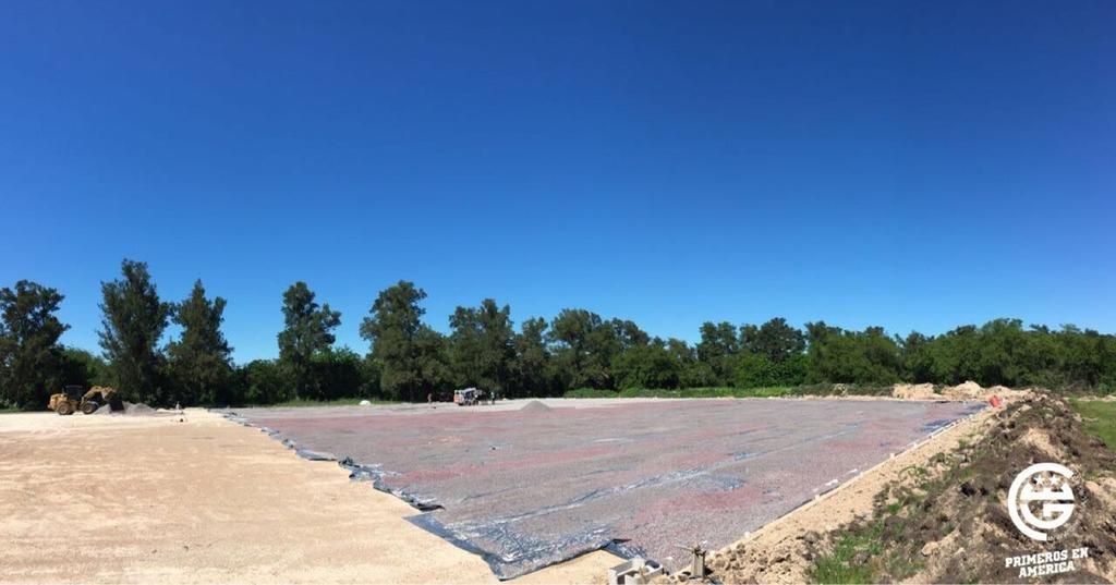 La construcción de la cancha de césped sintético en Estancia Chica no se detiene