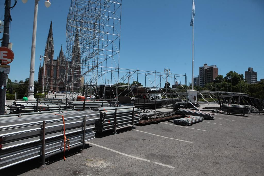 Con el armado de un enorme escenario, la Ciudad empieza a palpitar el festejo del 19