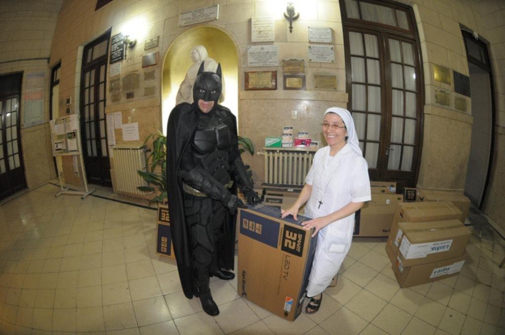 Más rápido que Flash, el Batman solidario entregó 16 televisores y equipos al Ludovica