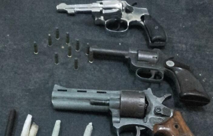 En un allanamiento por amenazas, encontraron armas, $ 158 mil y droga