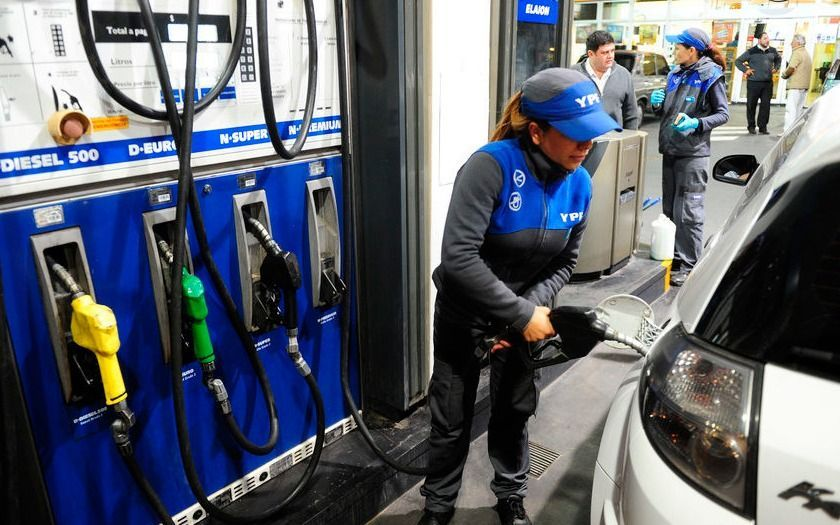 Noviembre llega con un nuevo aumento en la nafta y sigue bajando el consumo