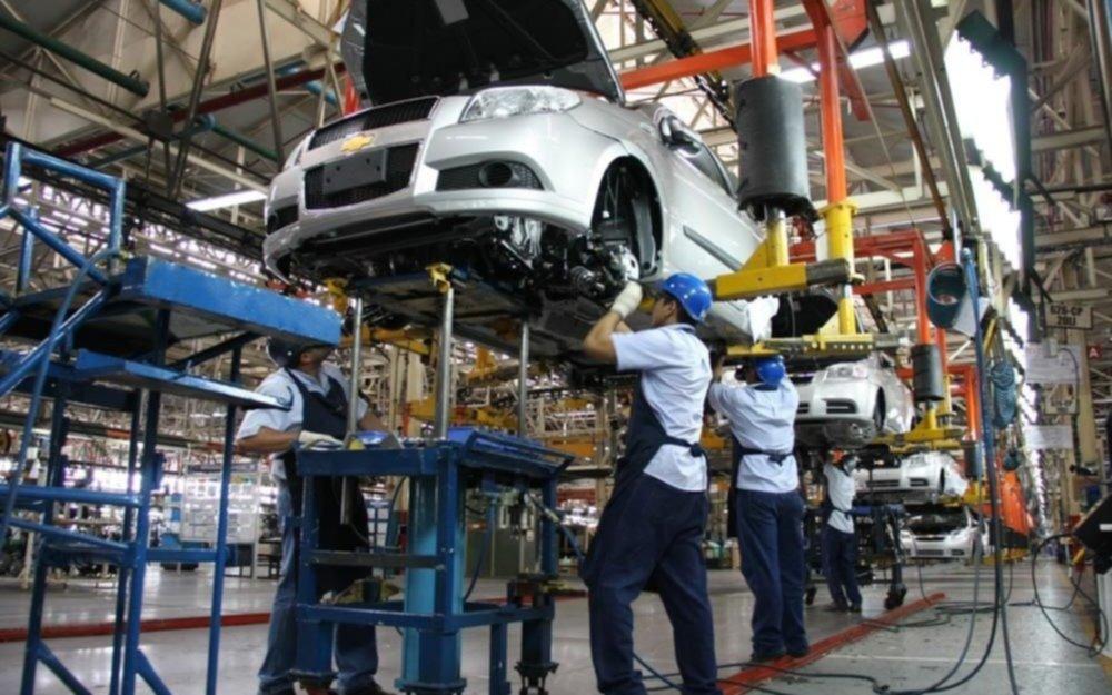 La producción de autos cayó 11,8% en octubre