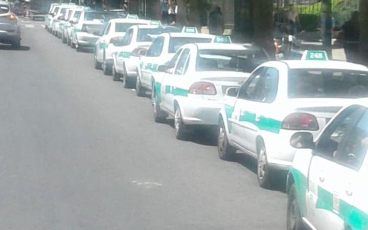 Quejas por el espacio ocupado por los taxis frente a Tribunales