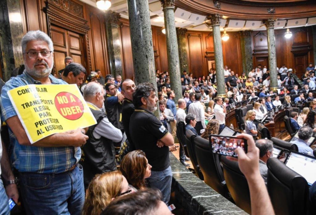 """La legislatura porteña aprobó la ley """"antiUber"""", y los taxistas festejan con bombos y platillos"""